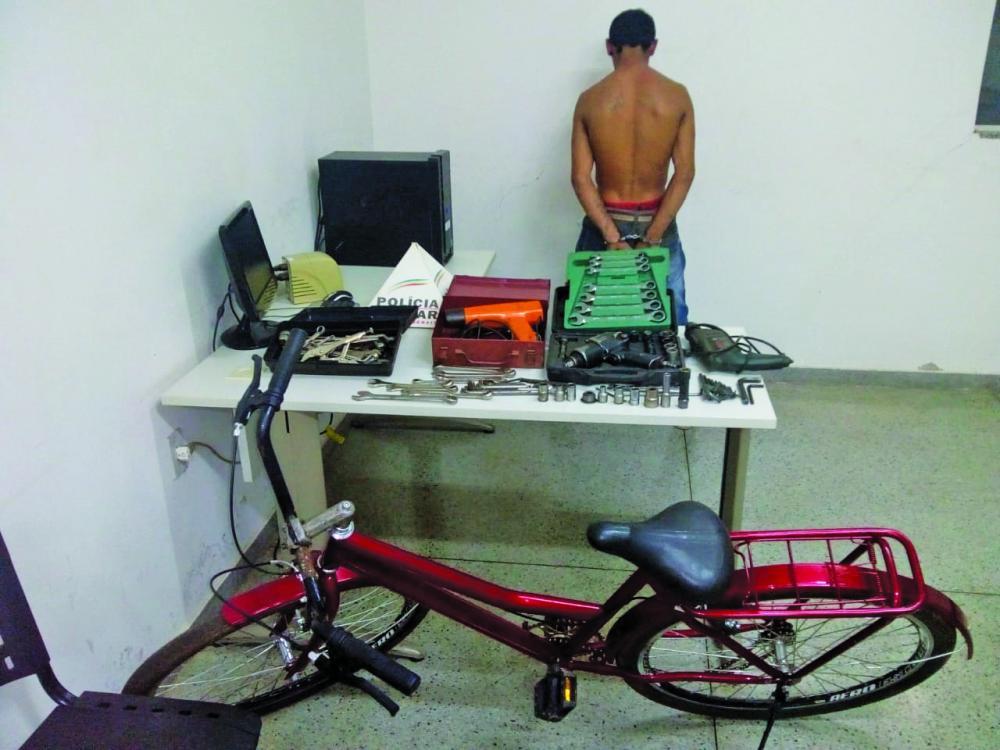 Várias ferramentas e a bicicleta foram apreendidas com o suspeito