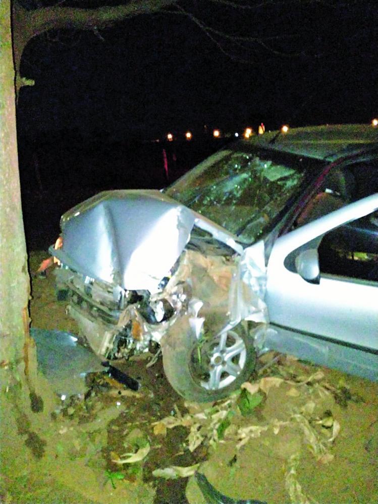Frente do carro ficou destruída após o acidente