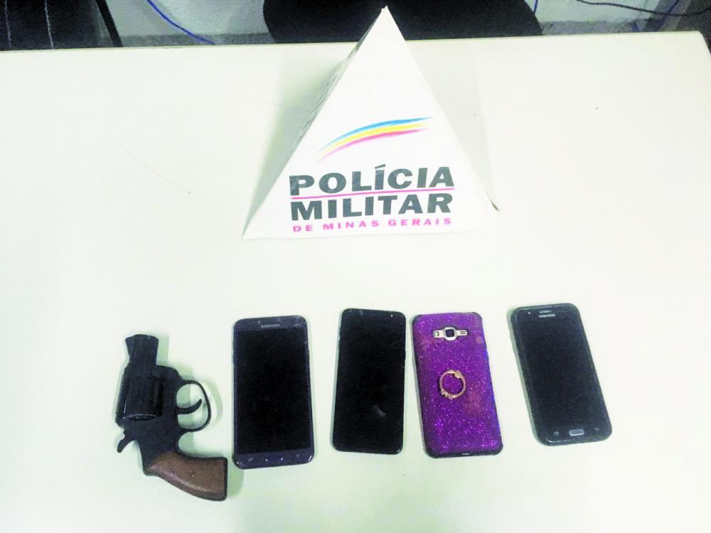 Réplica de arma e celulares foram apreendidos com os jovens
