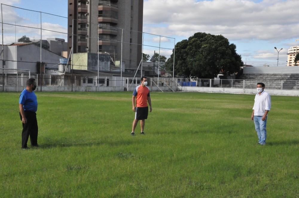 Marcelo Araxá (dir.) esteve conferindo a situação do gramado do estádio Fausto Alvim - Foto: Divulgação/Prefeitura de Araxá
