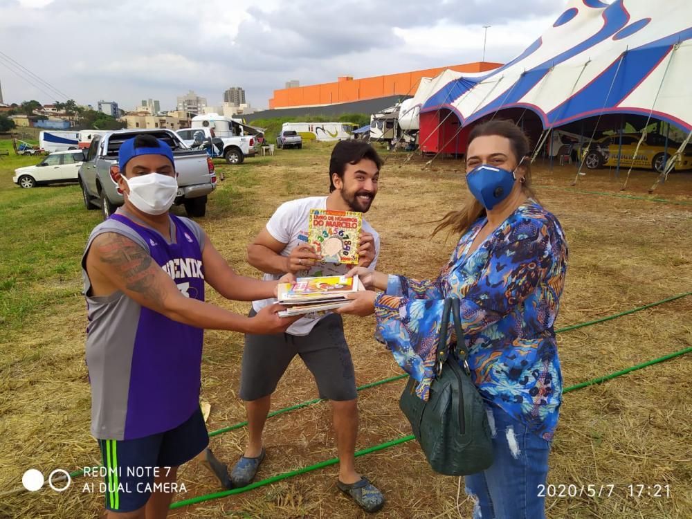 Livros são doados para os circenses do Khronos - Foto: Divulgação