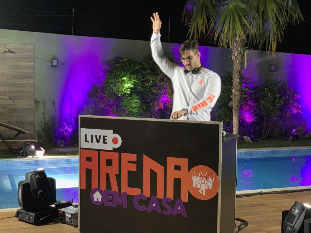 O DJ EME apresentou show eletrônico durante a live Arena em Casa, promovida pela EXP Produções - FOTO: DIVULGAÇÃO