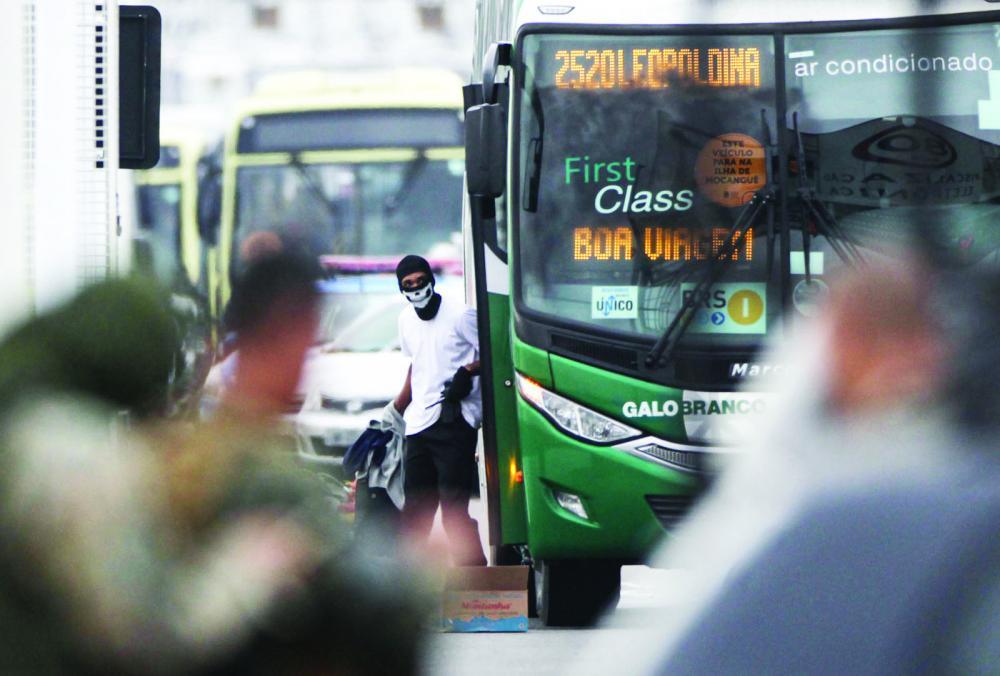 O sequestrador do ônibus da viação Galo Branco é visto na ponte Rio-Niterói