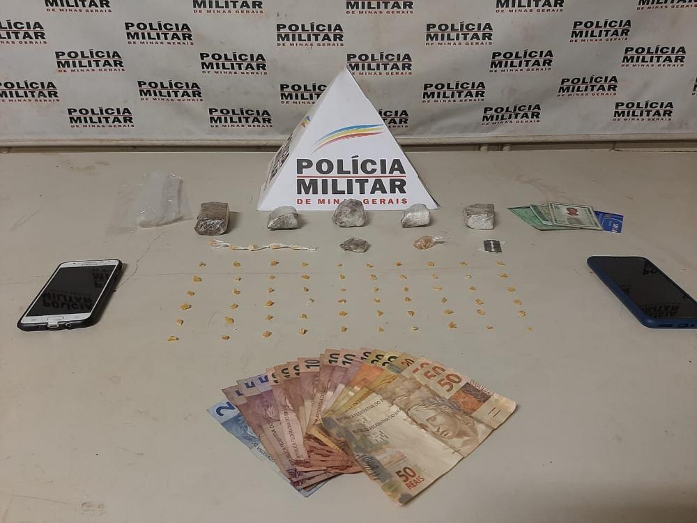 Drogas e dinheiro foram encontrados com os suspeitos - Foto: Juliano Carlos