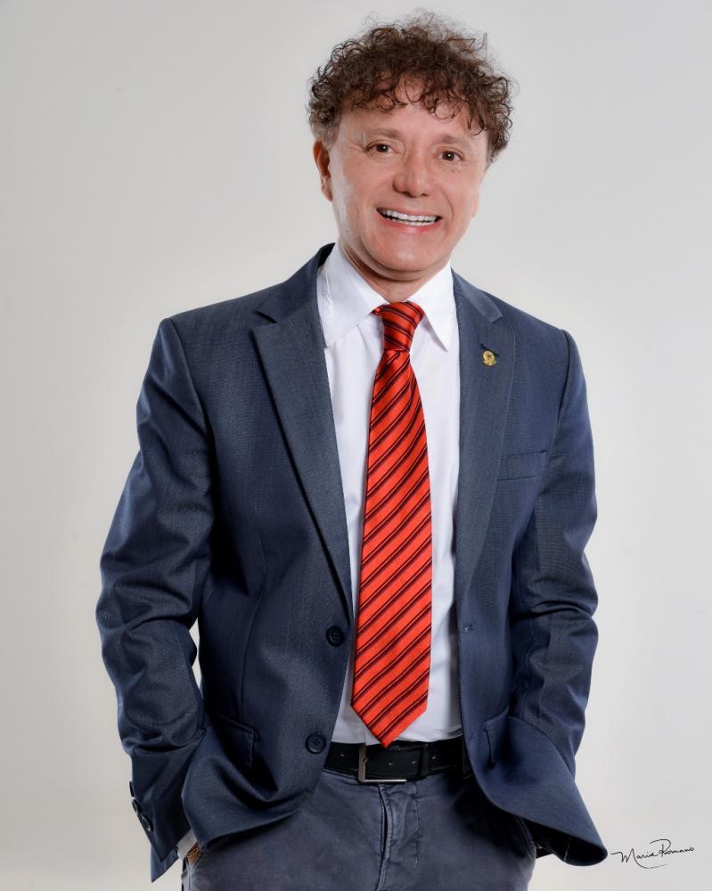 O pré-candidato a prefeito pelo PTB, Tony Carlos, apresenta um novo modelito cheio de estilo - Foto: Marise Romano