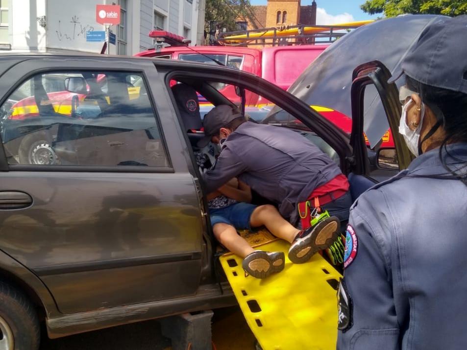 Vítimas foram socorridas por Bombeiros após a batida - Foto: Divulgação