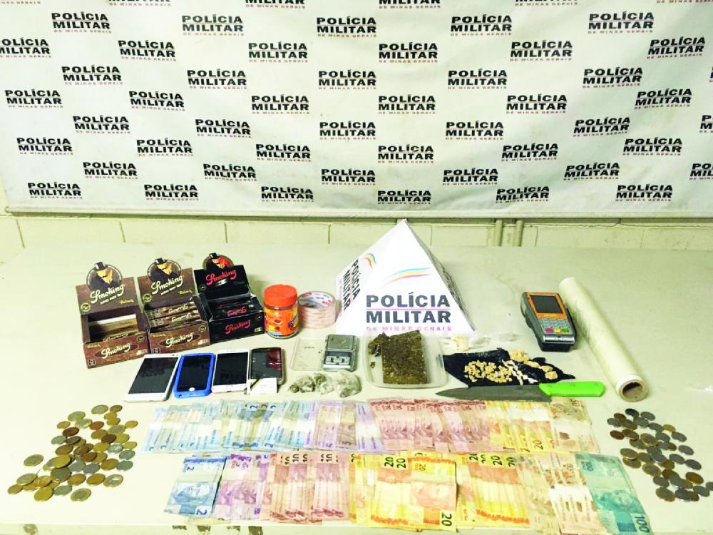 Drogas e dinheiro foram apreendidos pelos policiais - Foto: Juliano Carlos