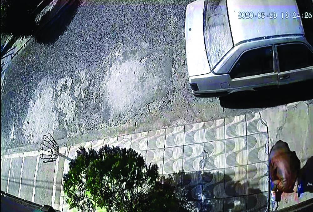 Bandido foi flagrado tentando arrombar casa de militar - Foto: Juliano Carlos