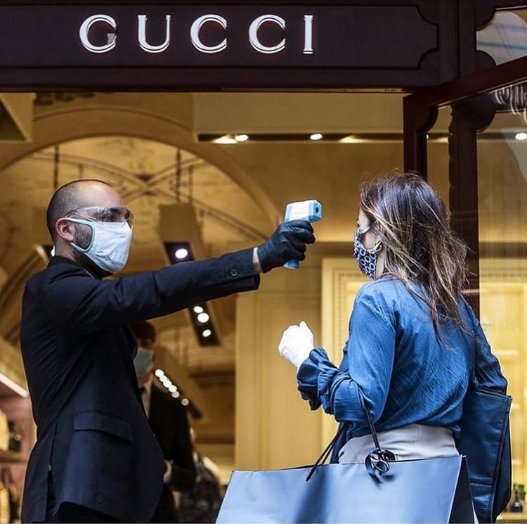 Entrada da loja da GUCCI, na Itália, após o lockdowm, termômetro digital em ação