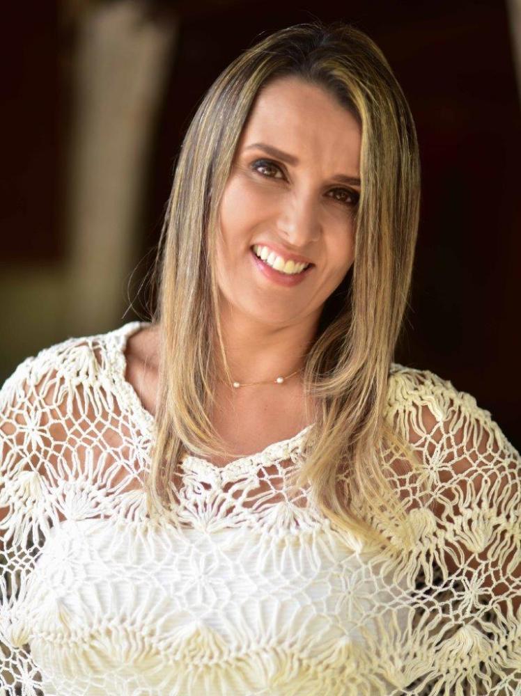 Artista e professora de bolos artísticos Viviane Yrie faz aniversário no dia 30 de maio