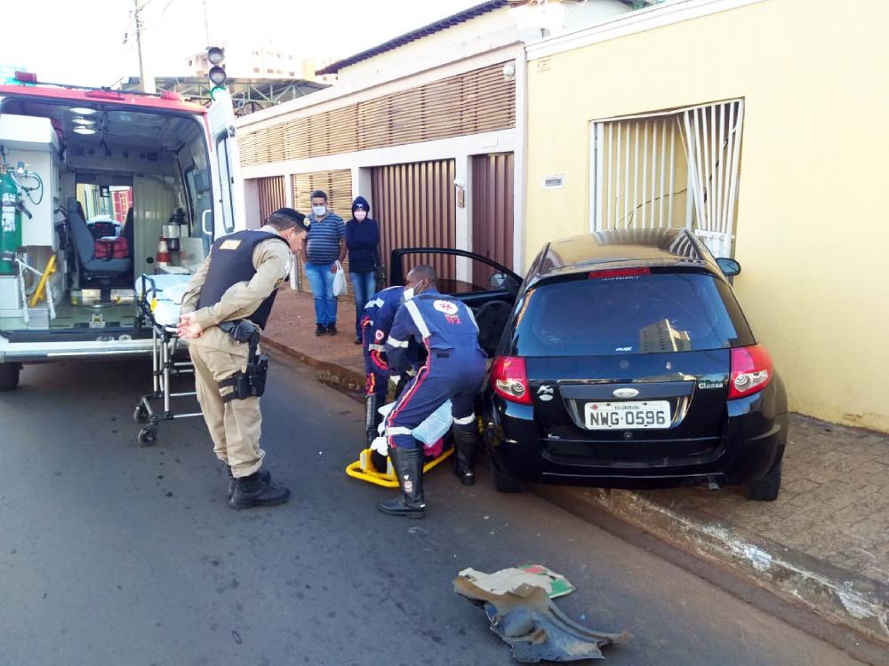 Vítima foi socorrida pelo Samu após o acidente - Foto: Juliano Carlos