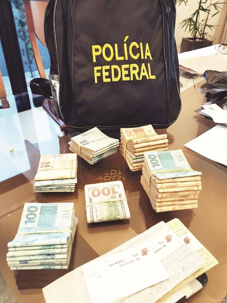 Mais de R$ 70 mil e dólares foram apreendidos pela PF - Foto: Juliano Carlos