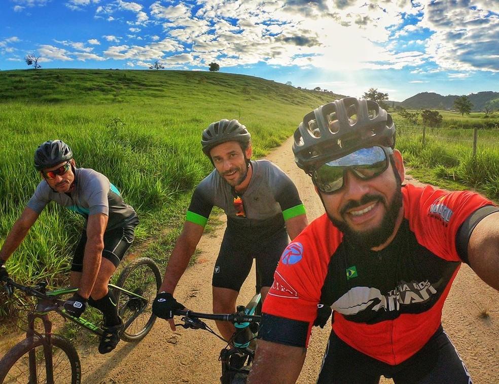 Fred percorrerá trajeto com duas bicicletas por estradas de terra para evitar aglomeração e irá acampar para dormir - Foto: Divulgação/Instagram