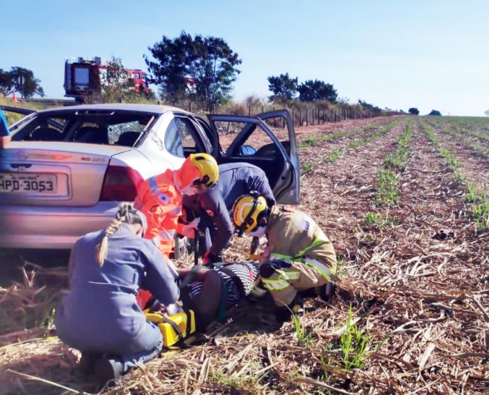 Vítimas foram atendidas pelos bombeiros após o acidente - Foto: Juliano Carlos