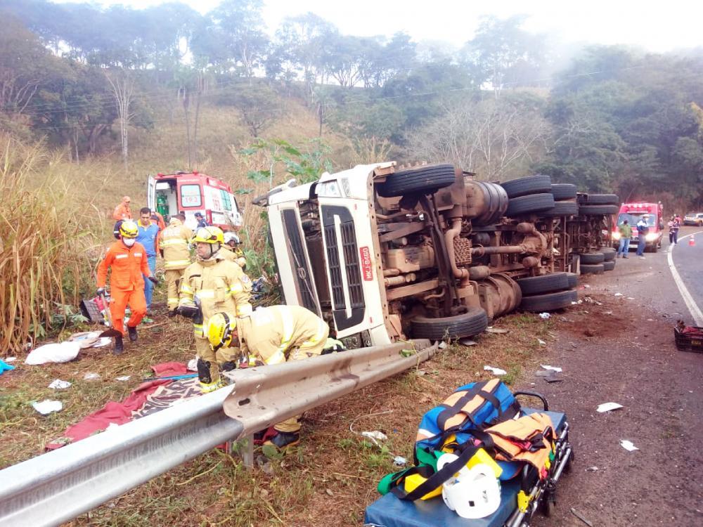 Veículo ficou destruído após tombar na BR-452 - Foto: Juliano Carlos