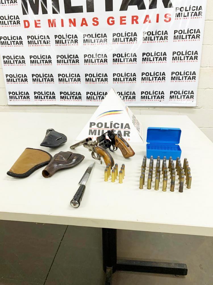 Revólveres e munições foram aprendidos pela Polícia Militar - Foto: Juliano Carlos