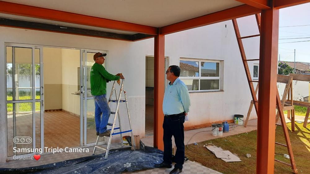 Vereador Rubério Santos confere a construção de refeitório e salas no anexo ao Cemei Maria Eduarda, no Colibri - Foto: Divulgação
