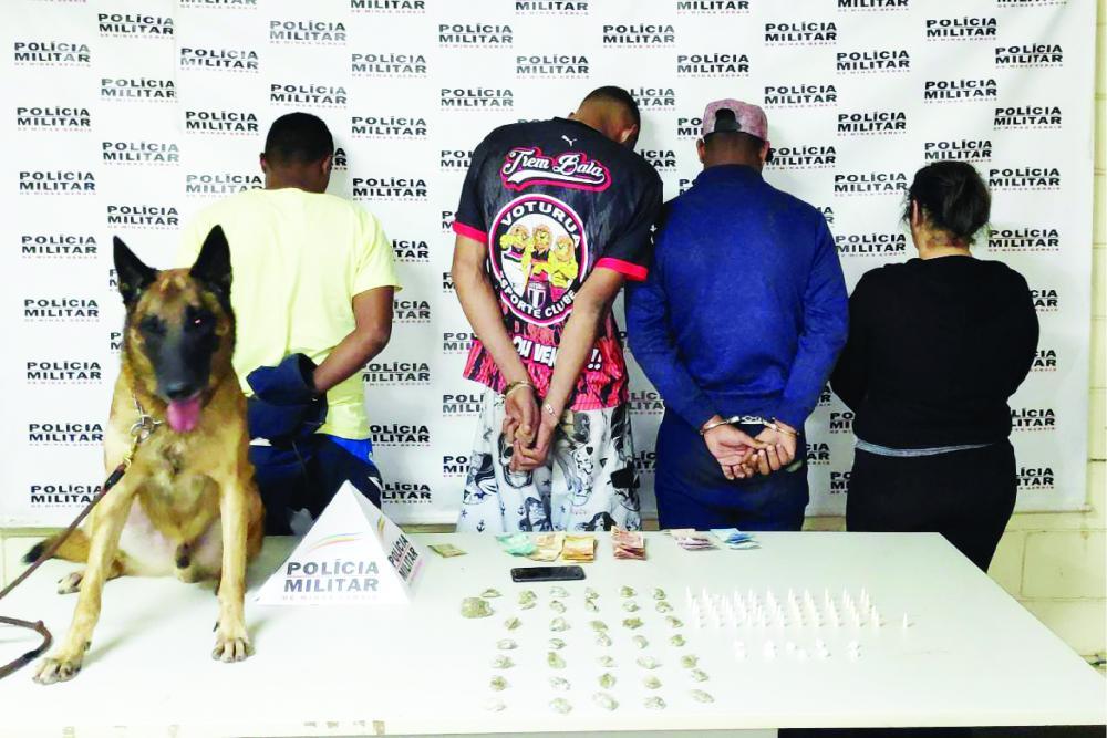 Drogas e dinheiro foram apreendidos pela PM - Foto: Juliano Carlos