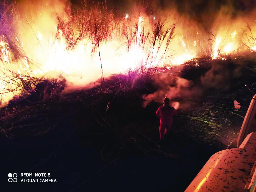 Militares contaram com apoio de caminhão pipa para apagar o fogo - Foto: Juliano Carlos