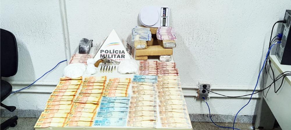Arma de fogo, drogas e dinheiro foram apreendidos com o acusado - Foto: Juliano Carlos