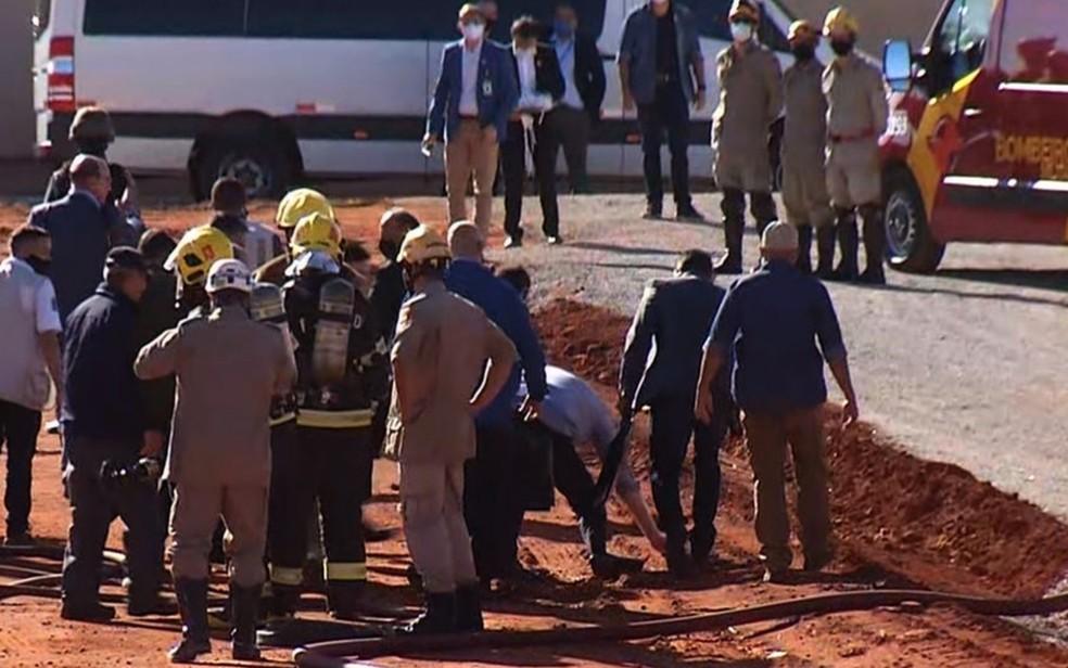 Presidente Jair Bolsonaro cai ao tropeçar em mangueira durante inauguração do Hospital de Campanha de Águas Lindas de Goiás - Foto: Reprodução/TV Globo
