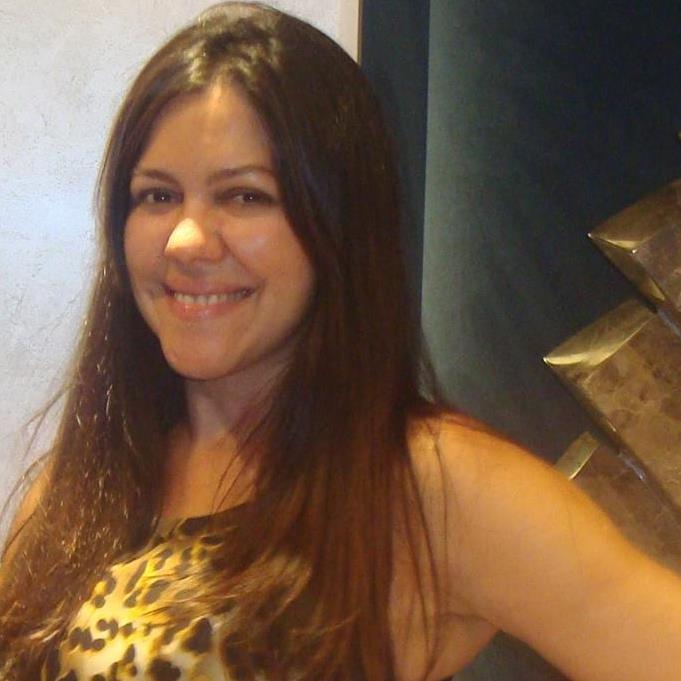 Bela Silvania Camargo recebe todo carinho na celebração do aniversário. Muitas alegrias e sucesso. Parabéns.