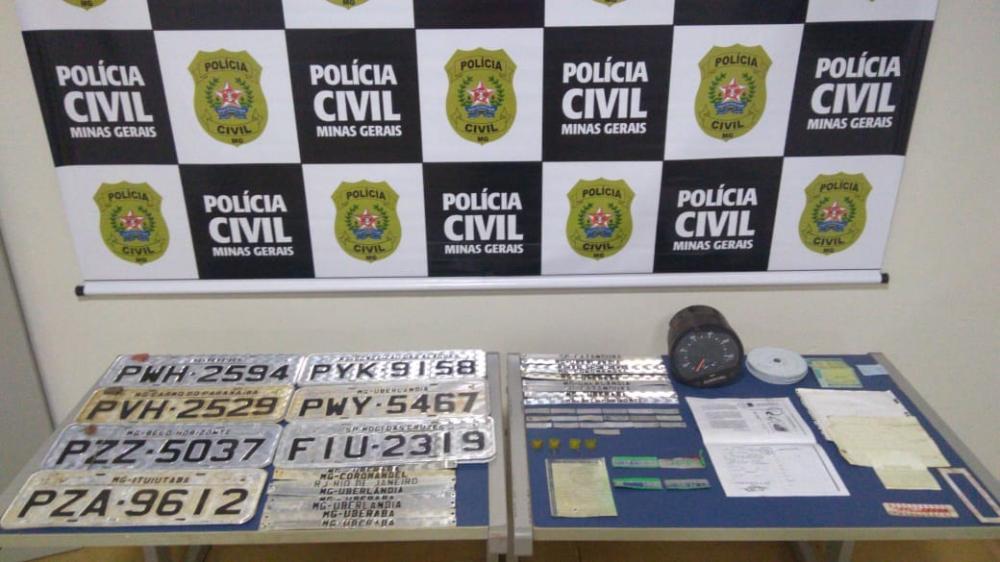 Placas de veículos furtados foram apreendidas pela PM: veículo desmanchado foi encontrado (Detalhe)