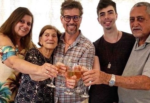O prestigiado restaurador Adriano Luís Furini homenageado de ontem, comemorou o seu dia, no último fim de semana, ao lado da sua querida família, na vizinha cidade de São Joaquim da Barra/SP