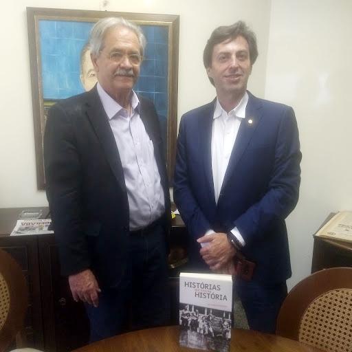 Ex-secretário de Direitos Humanos, Nilmário Miranda, junto com o diretor do JORNAL DE UBERABA: na pauta livro Histórias que vivi na História e muita política