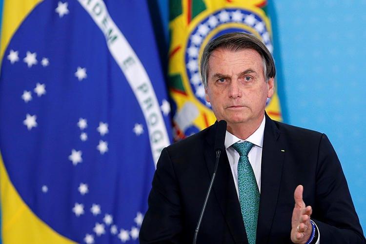 Bolsonaro assina MP que altera regras de transmissão de partidas de futebol no Brasil - Foto: Adriano Machado/Reuters