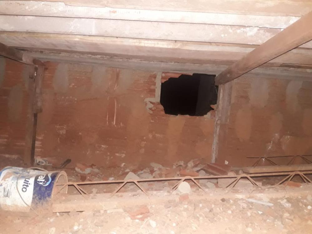 Acusado foi detido com produtos furtados e morador ficou no prejuízo após bandido cavar buraco - Fotos: Juliano Carlos