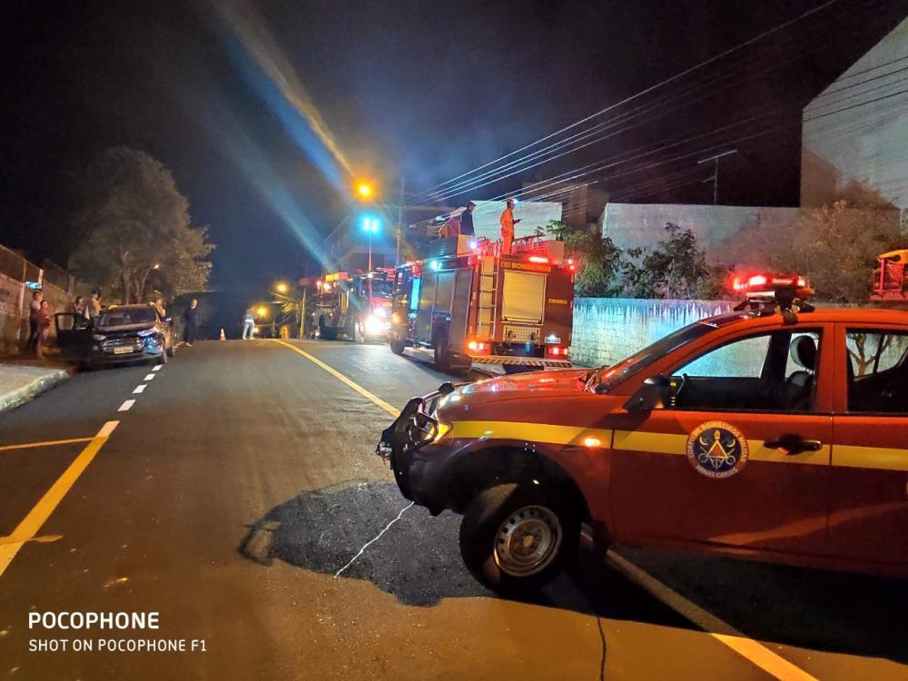 Bombeiros combateram incêndio em amontoado de lixo no imóvel - Foto: Juliano Carlos