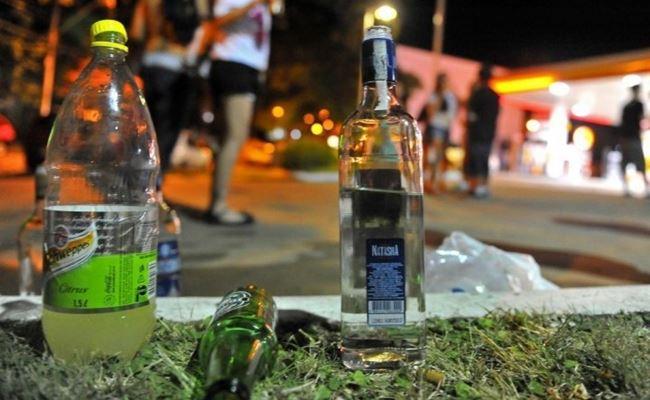 Está proibido o consumo de bebida alcóolica em ruas, praças, calçadas e bares e restaurantes - Foto: Divulgação