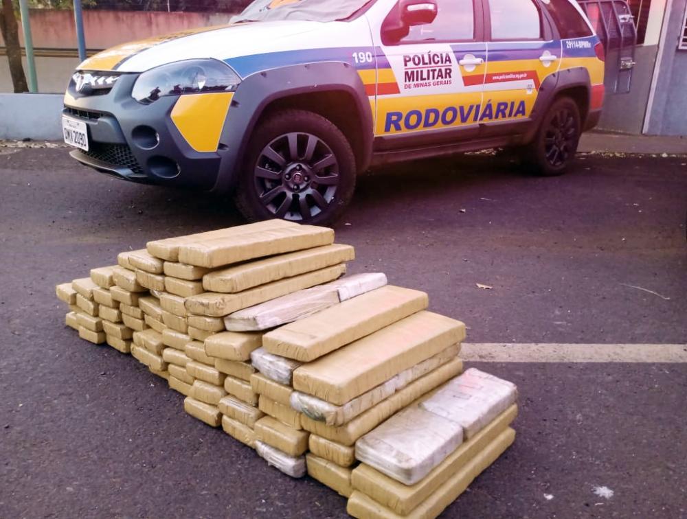 Drogas foram encontradas durante abordagem na MG-427 - Foto: Juliano Carlos