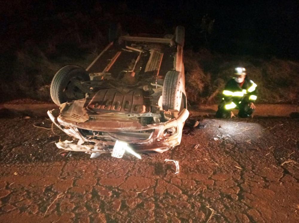 Carro ficou destruído após o acidente: Vítimas foram socorridas por Bombeiros (Detalhe) - Fotos: Juliano Carlos
