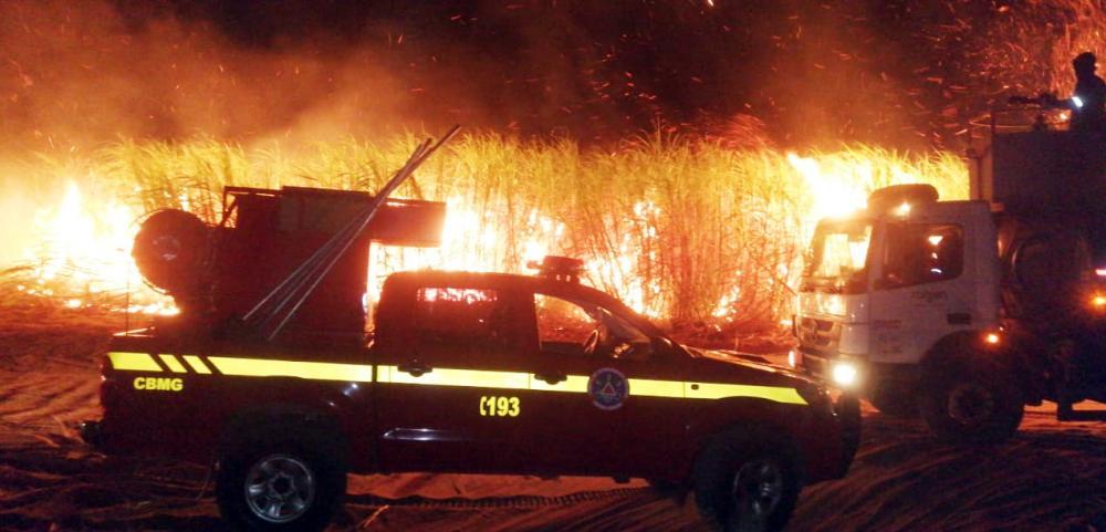 Bombeiros contaram com apoio de caminhões pipa no combate ao fogo - Foto: Divulgação/Corpo de Bombeiros