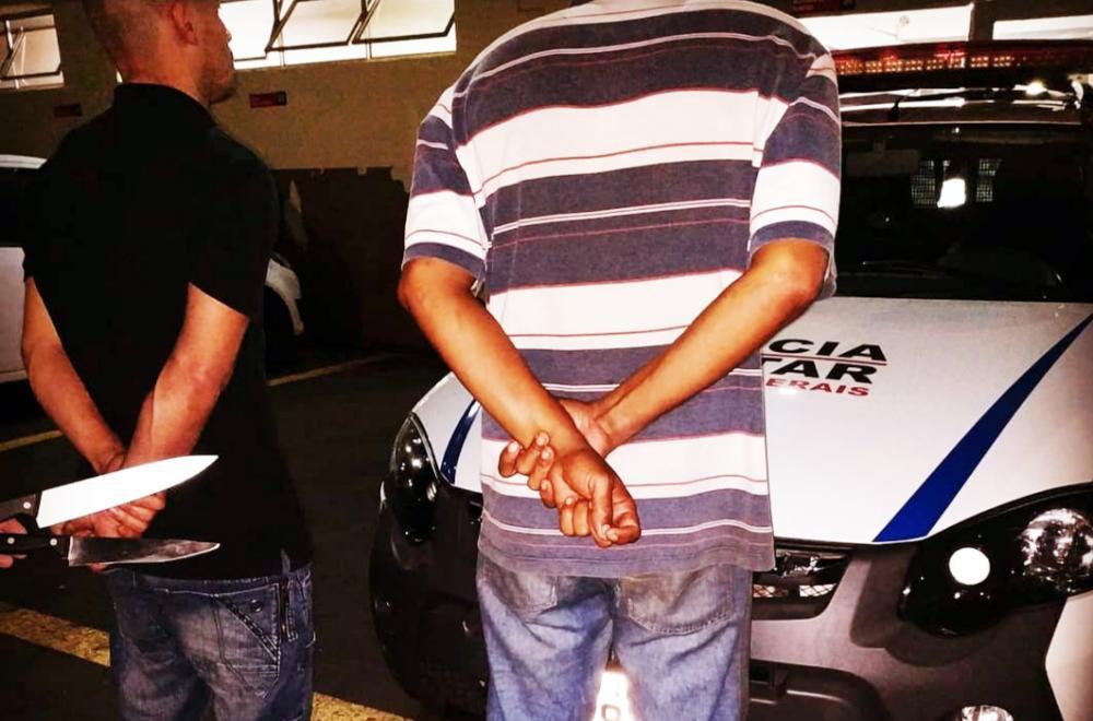 Facas usadas no crime foram apreendidas com os bandidos - Foto: Juliano Carlos