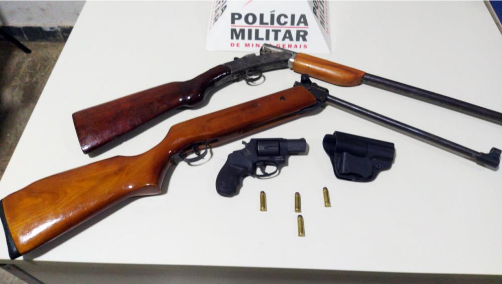 Espingardas e revólver foram apreendidos pela PM - Foto: Juliano Carlos