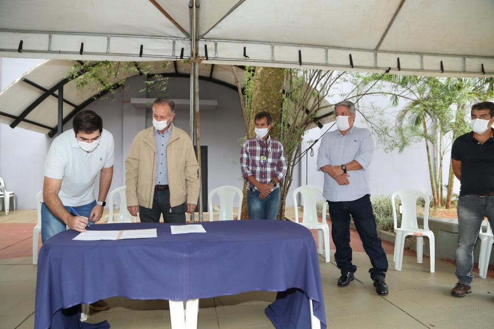 Obra será realizada com recursos de emenda parlamentar do deputado Franco Cartafina (esq.) - Foto: Marco Aurélio/PMU