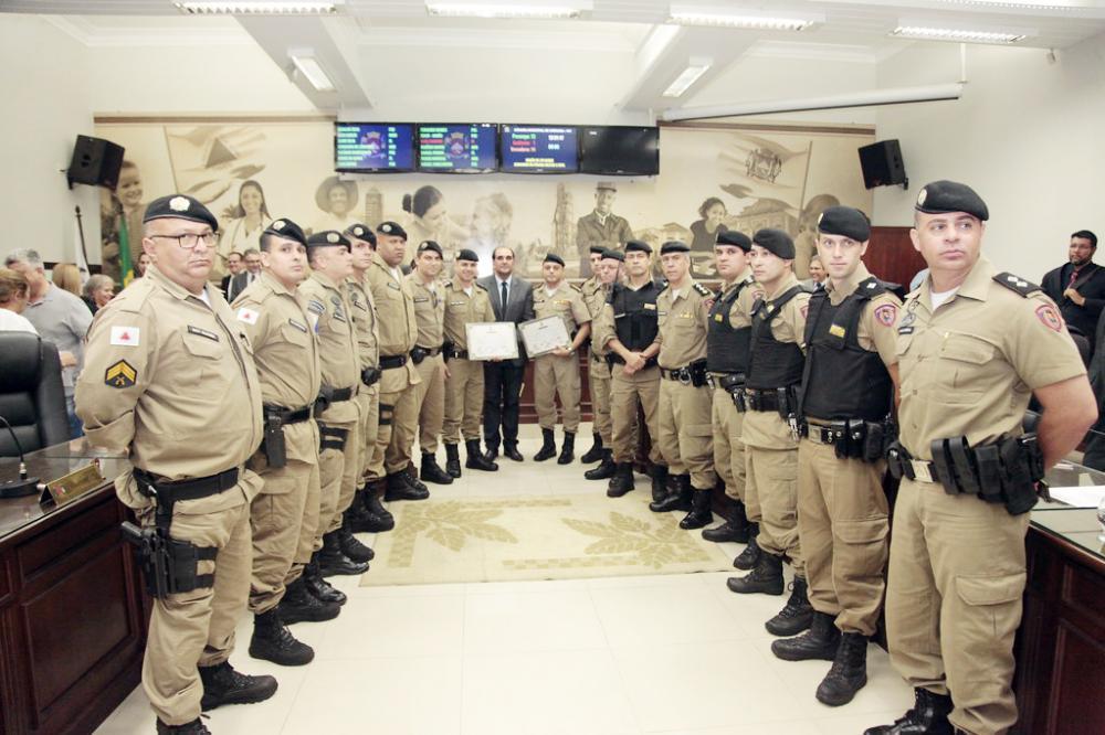 Policiais que participaram das prisões de integrantes de grupo que atacou bancos são homenageados na Câmara Municipal