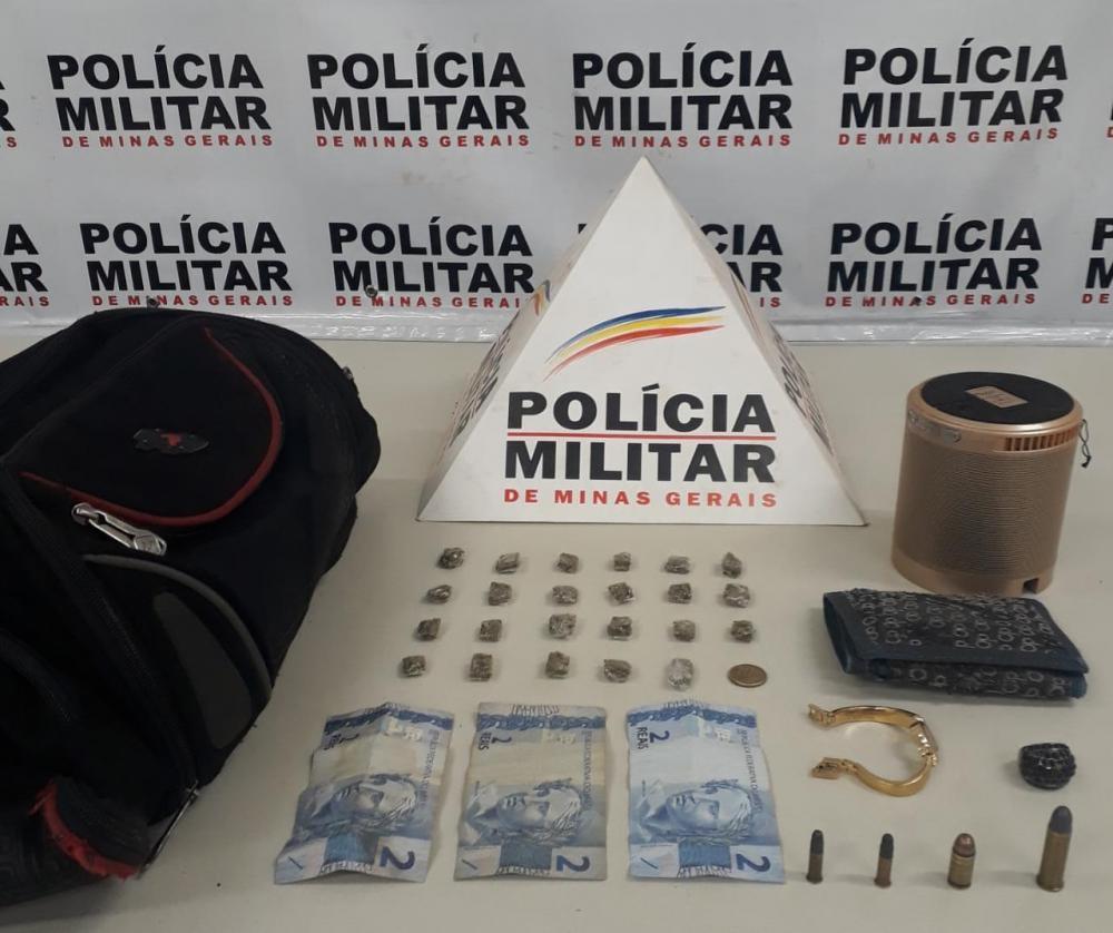 Drogas, dinheiro e outros produtos foram apreendidos com o acusado - Foto: Juliano Carlos