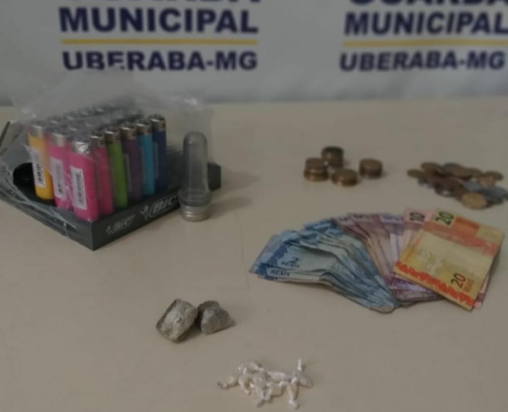 Drogas foram apreendidas com trio suspeito: Maconha e dinheiro encontrados com jovem - Fotos: Juliano Carlos