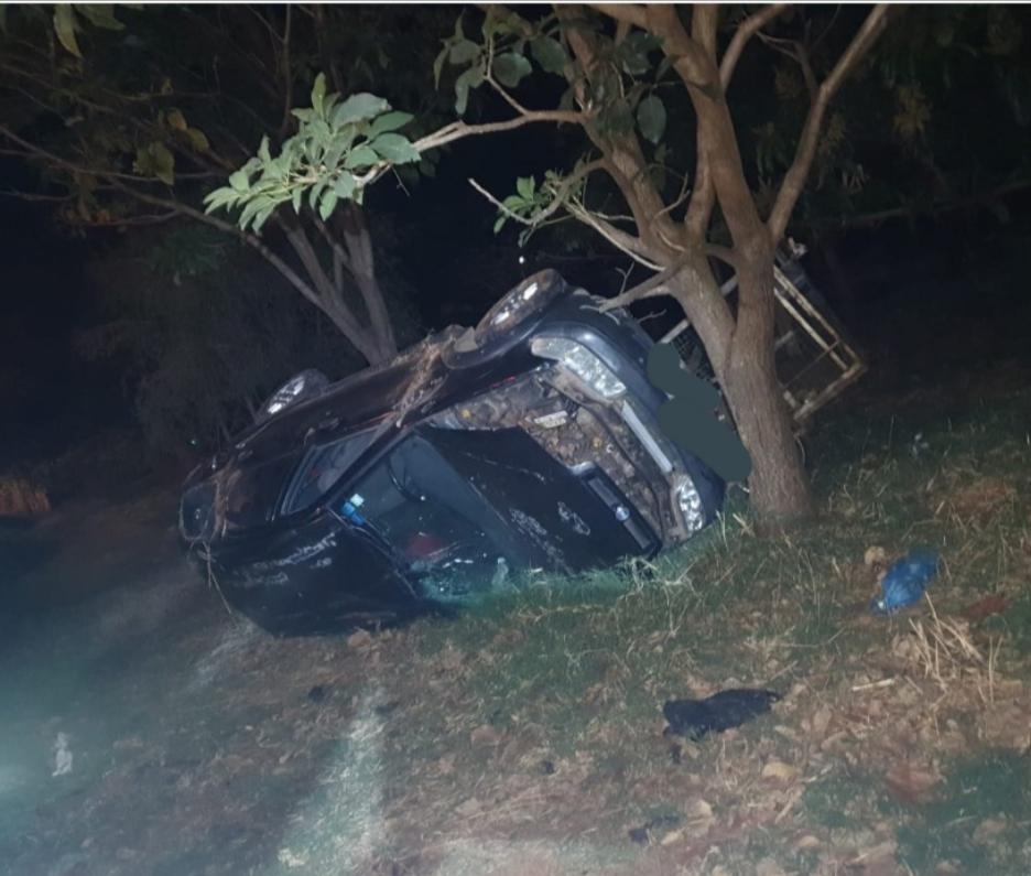 Veículo ainda chocou-se contra árvore após capotar - Foto: Juliano Carlos