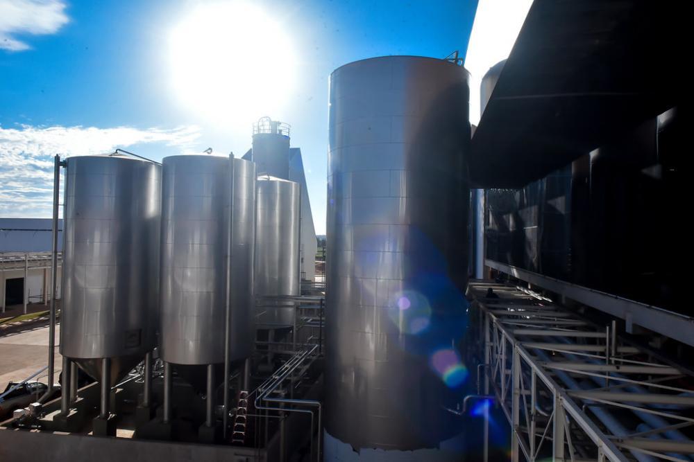 Documentação é parte fundamental para o início da operação da cervejaria em Uberaba e foi entregue pelo prefeito Paulo Piau - Foto: André Santos/PMU