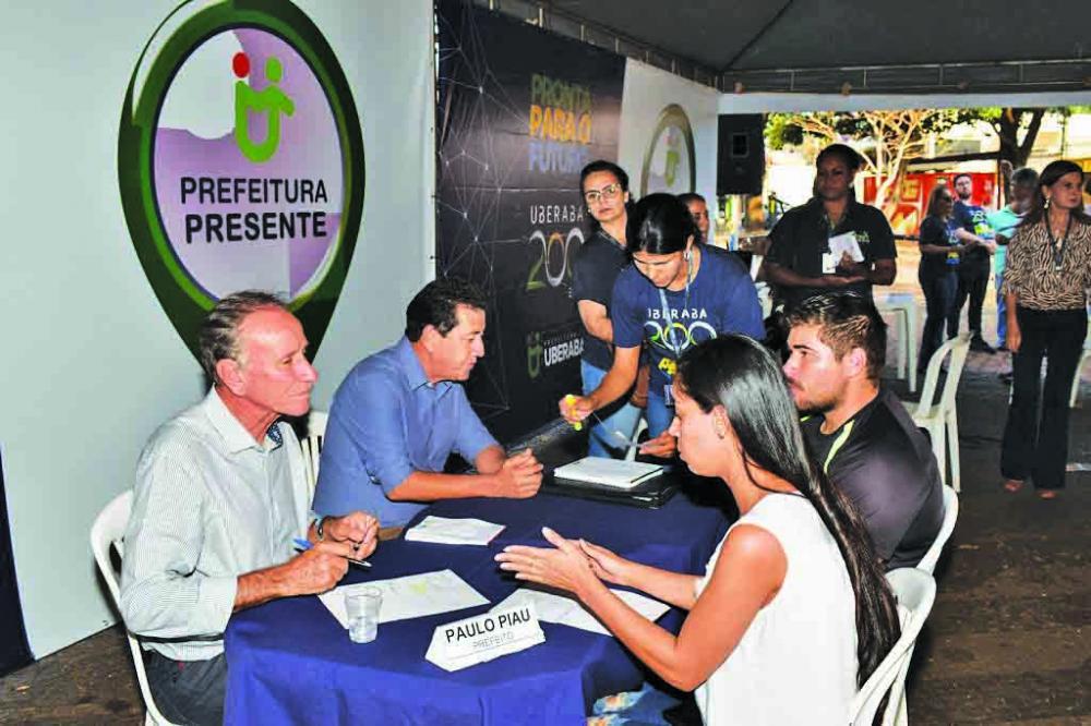 Prefeito Paulo Piau e o vice-prefeito João Gilberto Ripposati fizeram questão de atender pessoalmente as reivindicações da comunidade durante o Prefeitura Presente