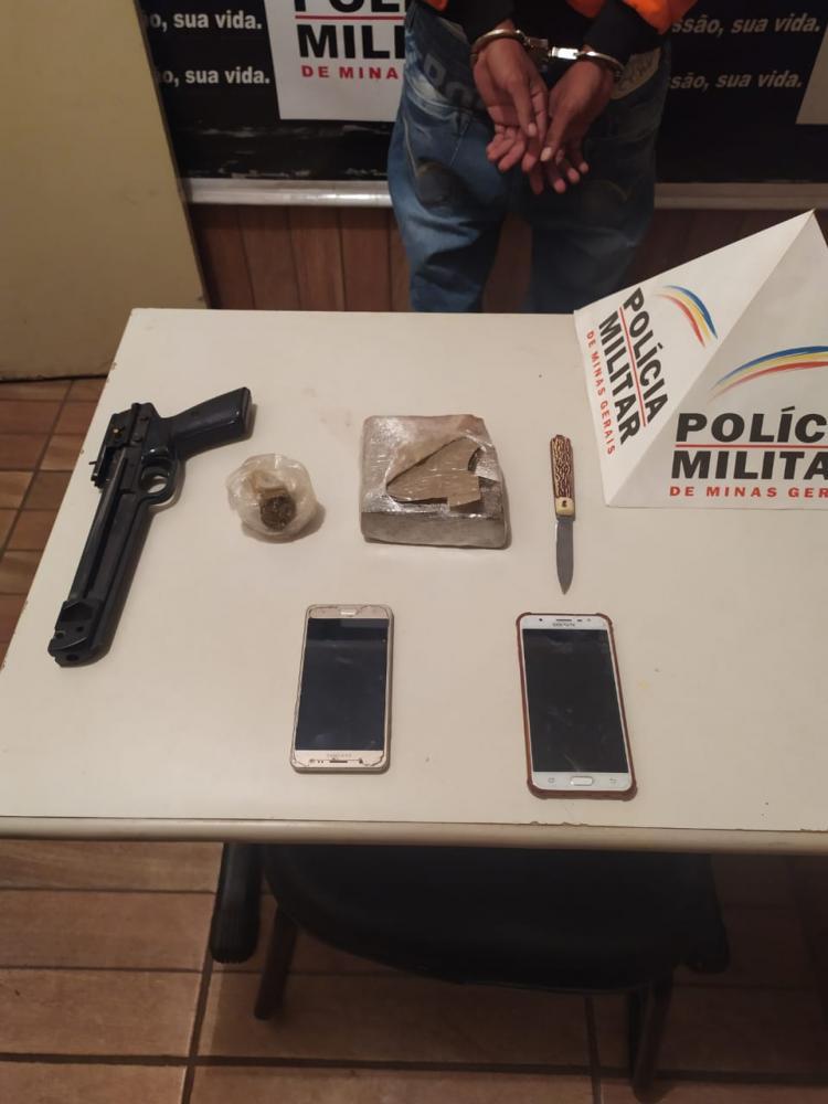 Réplica de arma e drogas foram apreendidas com os irmãos - Foto: Juliano Carlos