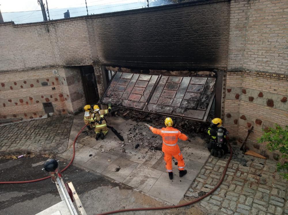 Bombeiros tiveram muito trabalho para combater o fogo - Foto: Juliano Carlos