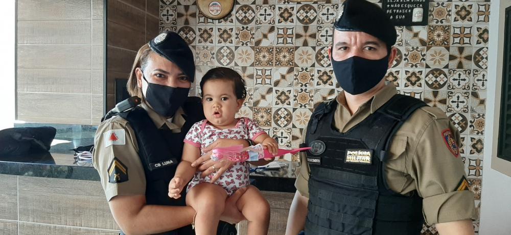 Criança recebeu visita e presente dos militares - Foto: Divulgação/PM