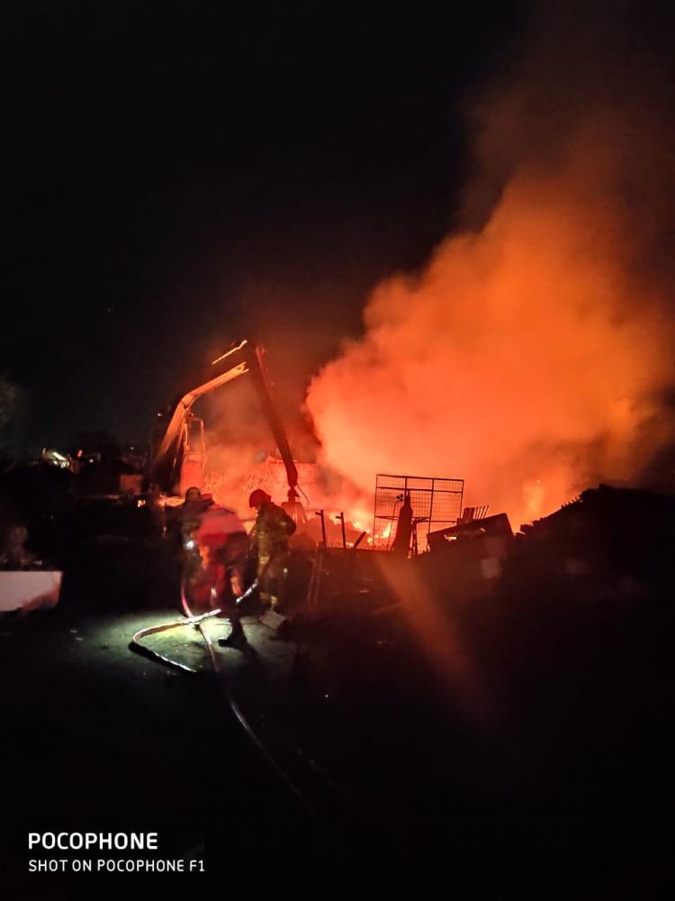 Bombeiros tiveram muito trabalho para combater as chamas - Foto: Juliano Carlos