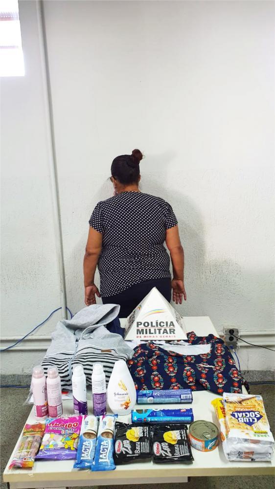 Várias mercadorias foram encontradas com a suspeita - Foto: Juliano Carlos